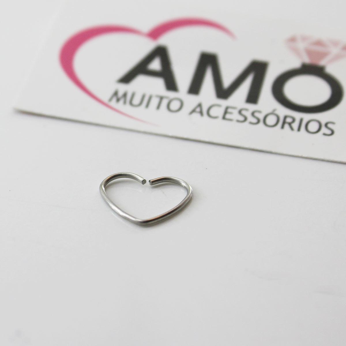 Piercing em formato de coração para tragus, daith ou cartilagem